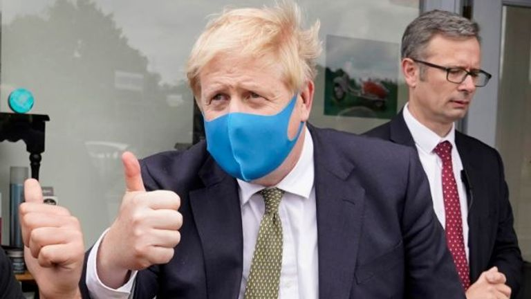 Boris Johnson dons a face mask (Pic: @BorisJohnson)