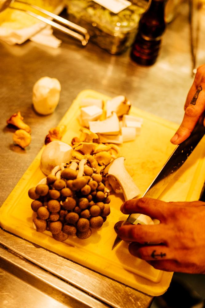 Chef Freek Dekker snijdt de paddenstoelen voor Ayla's paddo polpettes