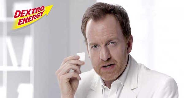 Ein Arzt hält das Produkt in der Hand. Schriftzug Dextro Energy.