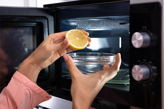 clean microwave using lemons