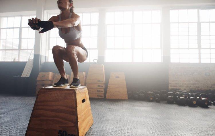 woman-box-jump-in-gym-trainiac.jpg