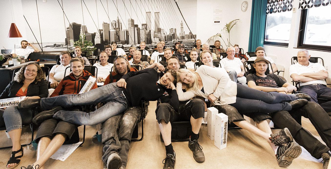 Eriksson och Lönns hela personal samlad i en gruppbild.