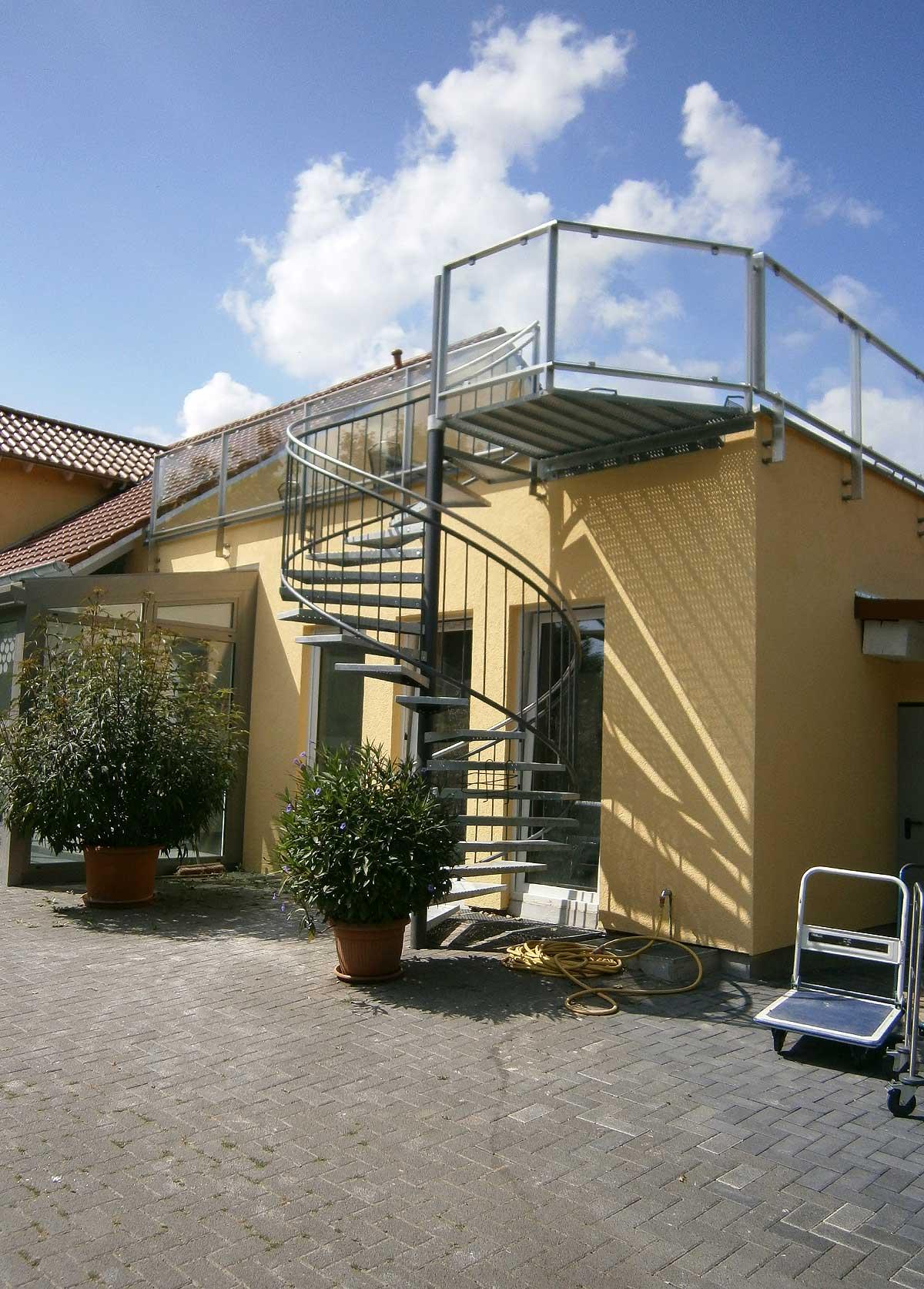 Außentreppe, gerade Treppe, einläufige Treppe, angewendelte Treppe, viertelgewendelte Treppe, zweiläufige Treppe, Glastreppe, Designtreppe, Wendeltreppe