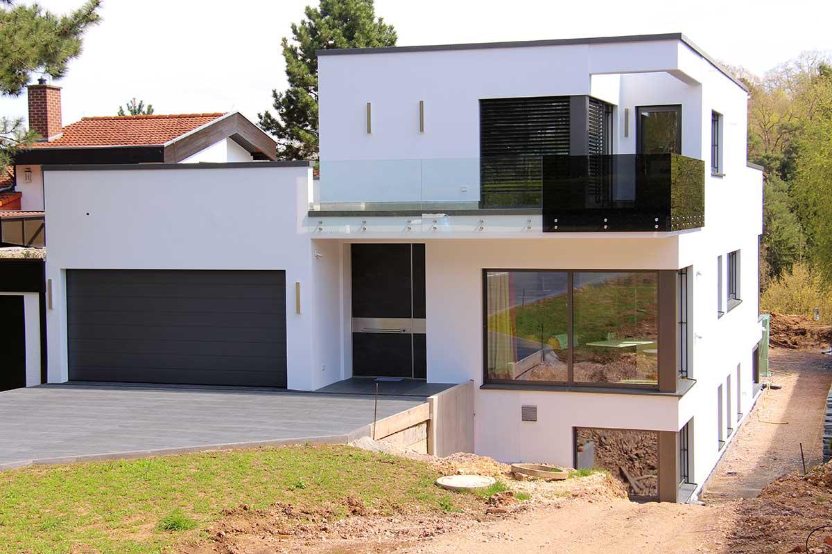 Balkon, Balkonanbau, Balkongeländer, freitragender Balkon, selbsttragender Balkon, vorgestellter Balkon, Unterkonstruktion, Bodenbeläge, WPC-Beläge, Glasbeläge, Glasgeländer, Holzbeläge