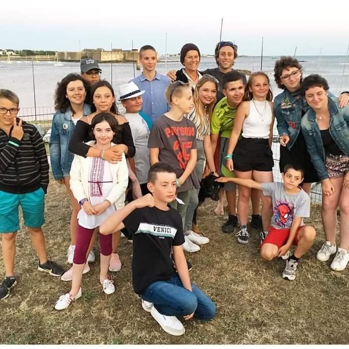 Yann Lepinsky et Anne Liardet entourés d'enfants en croisière avec A Chacun Son Cap