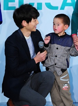 �Hallyu,� the term used to describe the wave and spread of Korean pop culture, made an appearance at Medical Korea 2013, when actress Ha Ji won and actor Soon Joon-ki met with children.