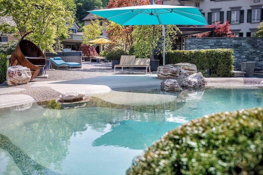 Lightbox: Biodesign-Pool mit Strandbereich