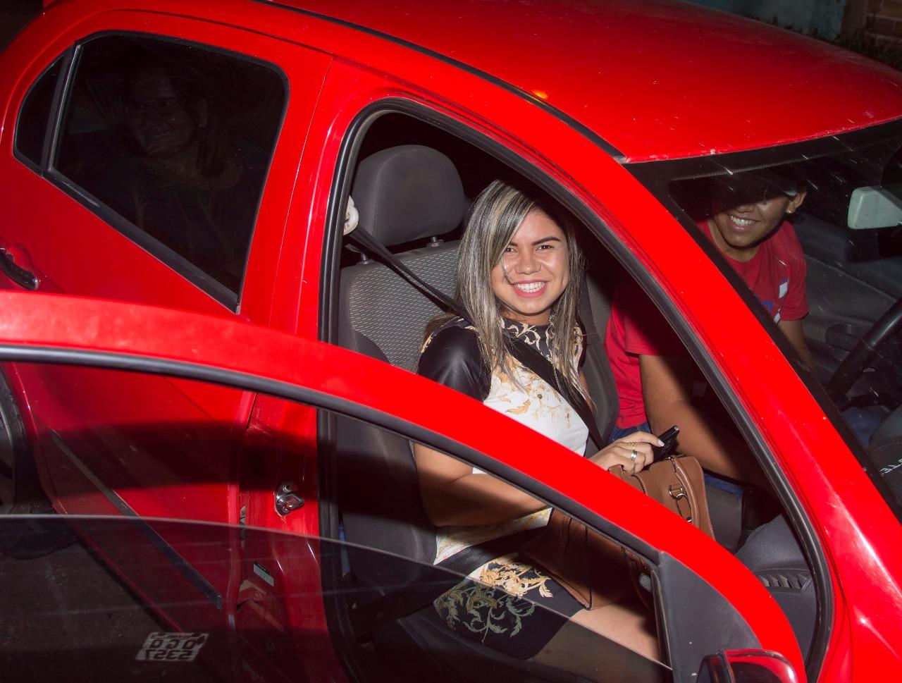 menina chegando no carro para pedido de casamento sonho