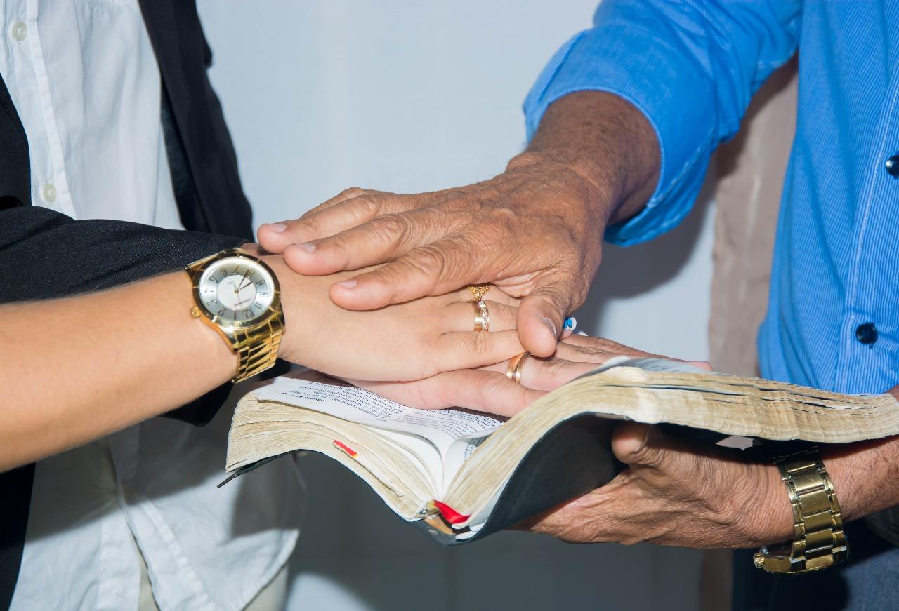 benção do pastor no noivado