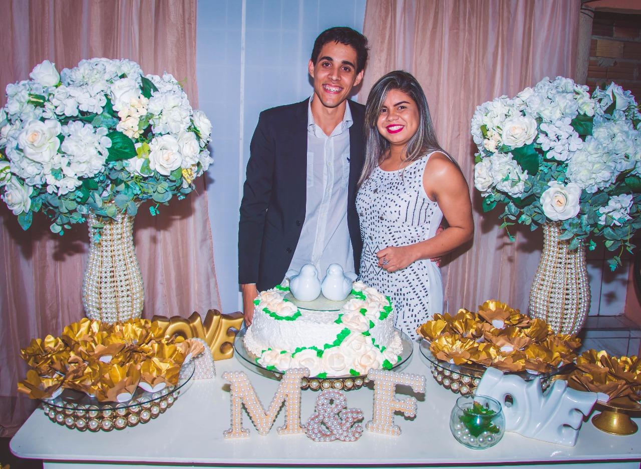 casal na mesa de noivado