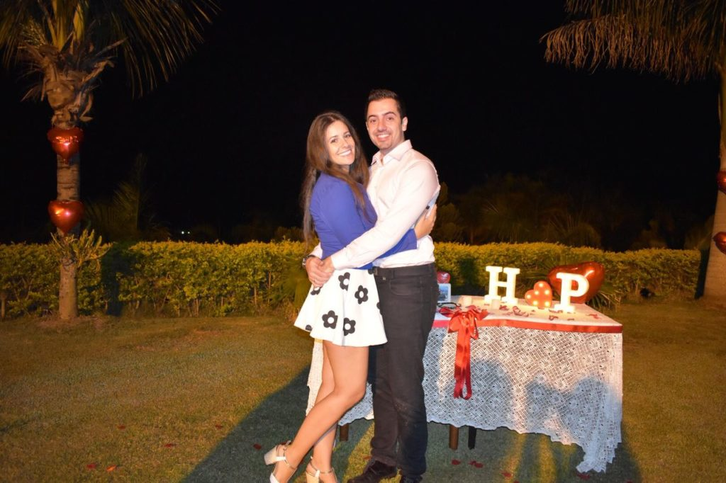 casal abraçado após pedido de casamento simples e romântico