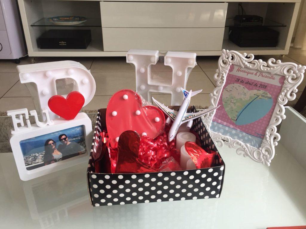 foto de caixa com itens para pedido de casamento simples e romântico