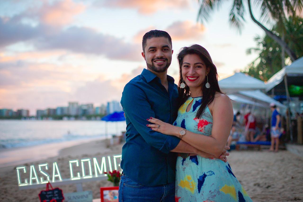 emoção após pedido de casamento na praia