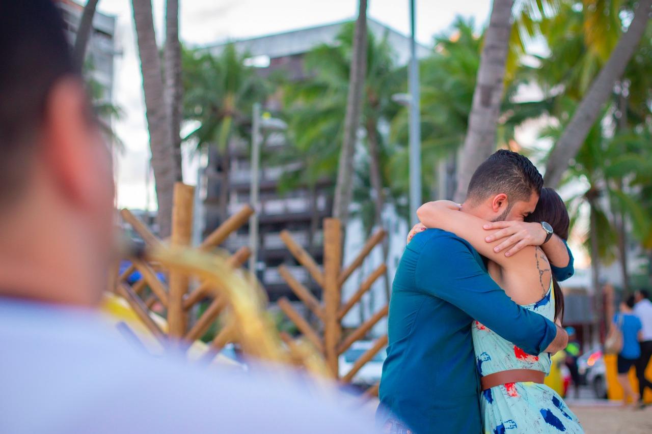 abraços de pedido de casamento na praia