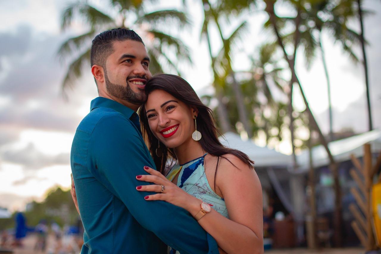 mulher emocionada com pedido de casamento na praia