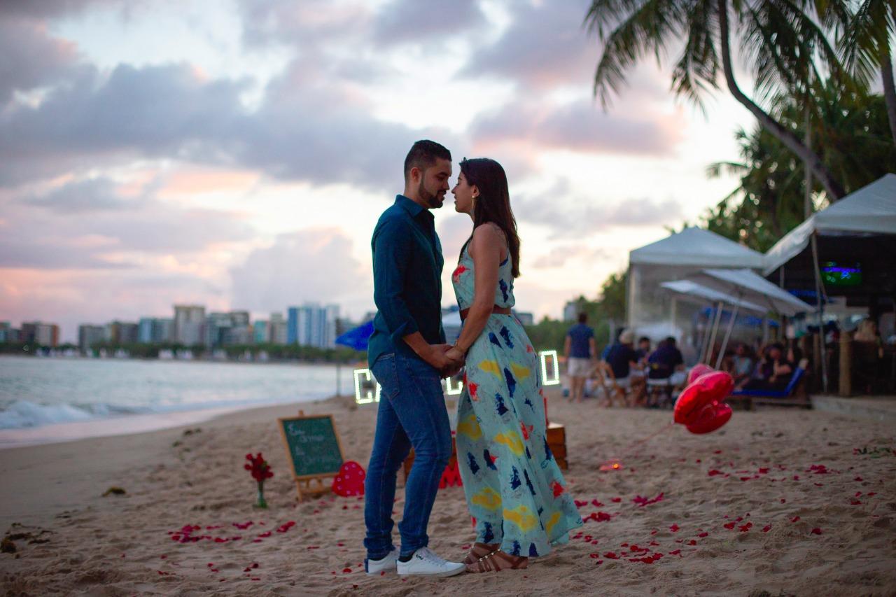 decoração de pedido de casamento na praia