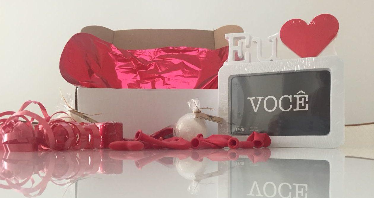 caixa com itens para surpresa romântica