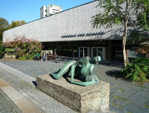 Akademie der Künste am Hanseatenweg, Haupteingang © Wikimedia Commons, Foto: Manfred Brückels