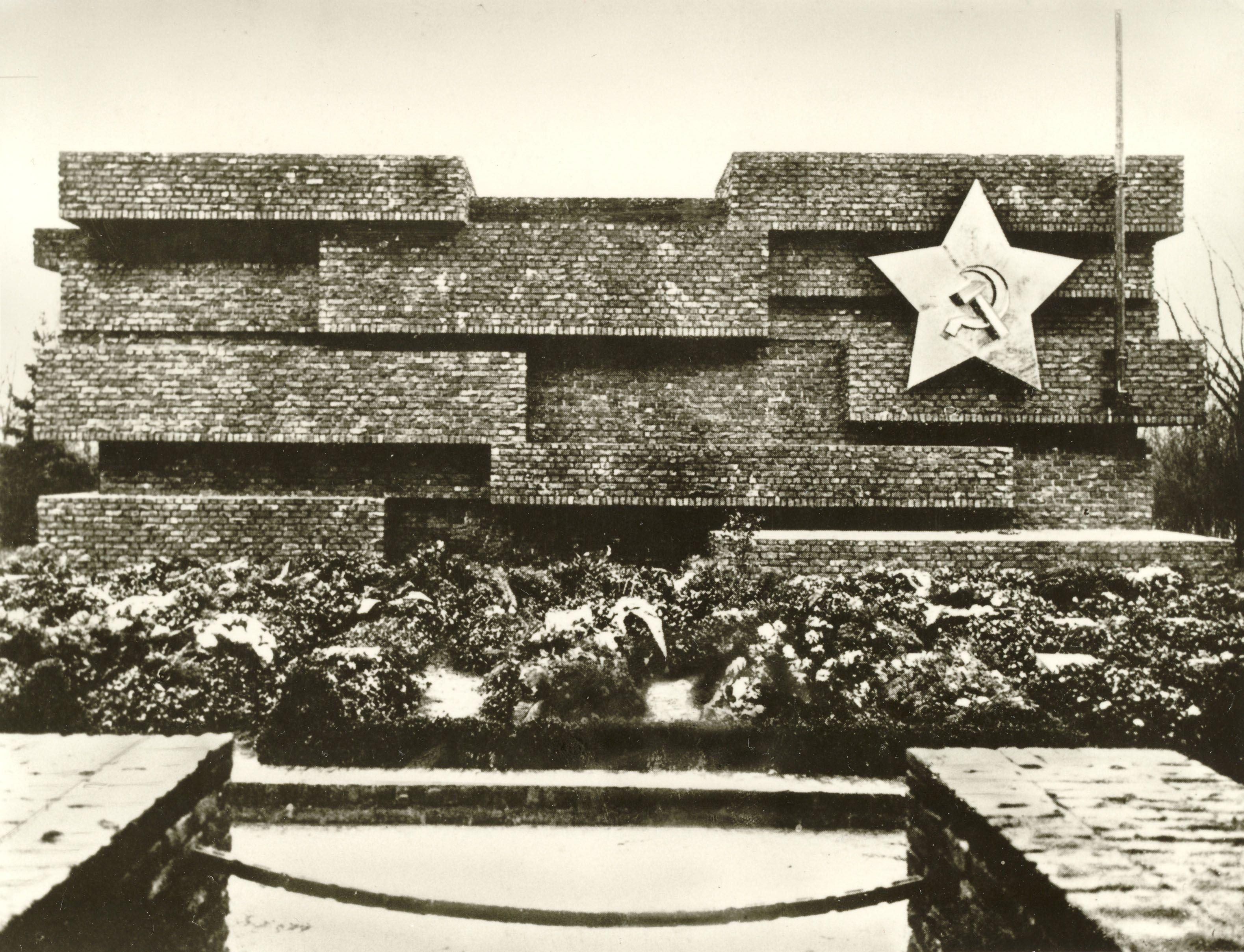 Revolutionsdenkmal auf dem Zentralfriedhof Friedrichsfelde. Bauhaus-Archiv.