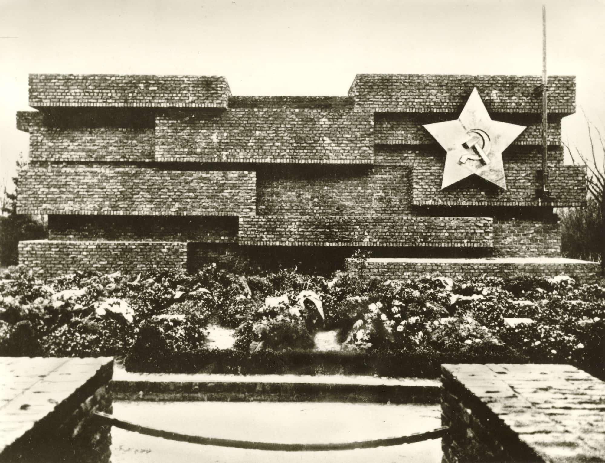 © Revolutionsdenkmal auf dem Zentralfriedhof Friedrichsfelde. Bauhaus-Archiv.