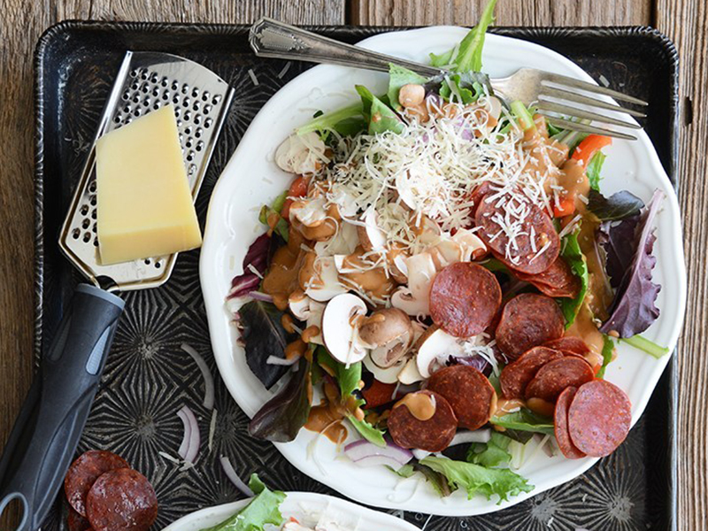 Low-carb meal: Pizza Salad With Pepperoni Chips and Creamy, Roasted Tomato Garlic Dressing