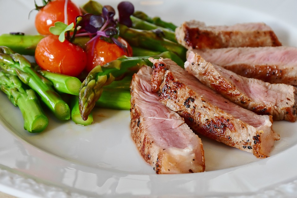 Low-calorie meals: sliced pork with a side of asparagus