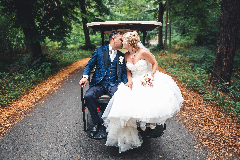 Brautpaar auf Golfcaddy