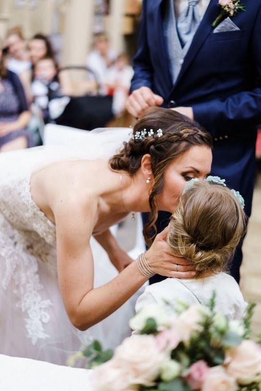 Braut und Blumenkind