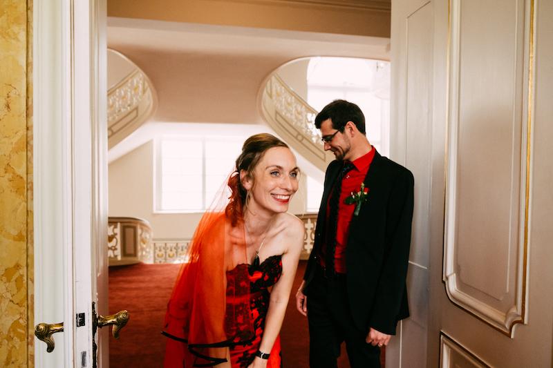 Rockige Hochzeit mit dem Farbmotto schwarz & rot im Berliner Biergarten & Bunker