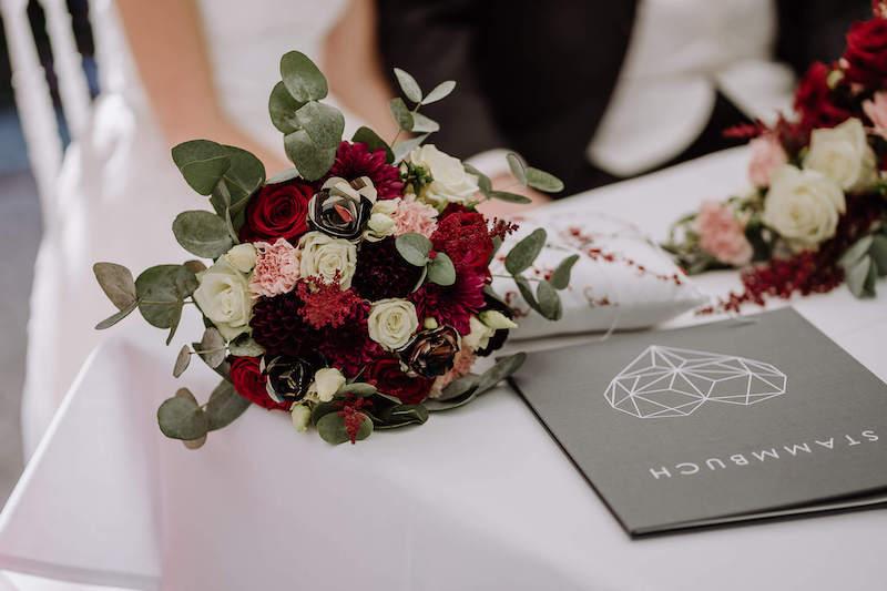 Brautstrauß und Standesamtbuch
