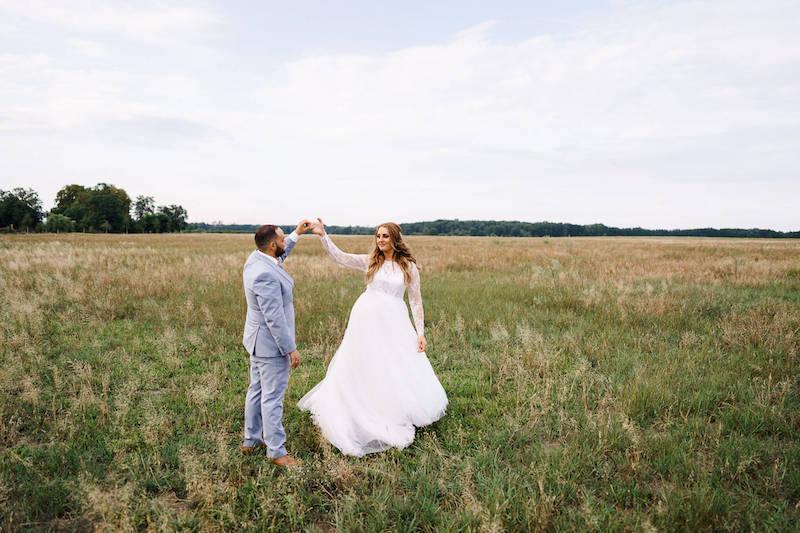 Brautpaar auf Wiese