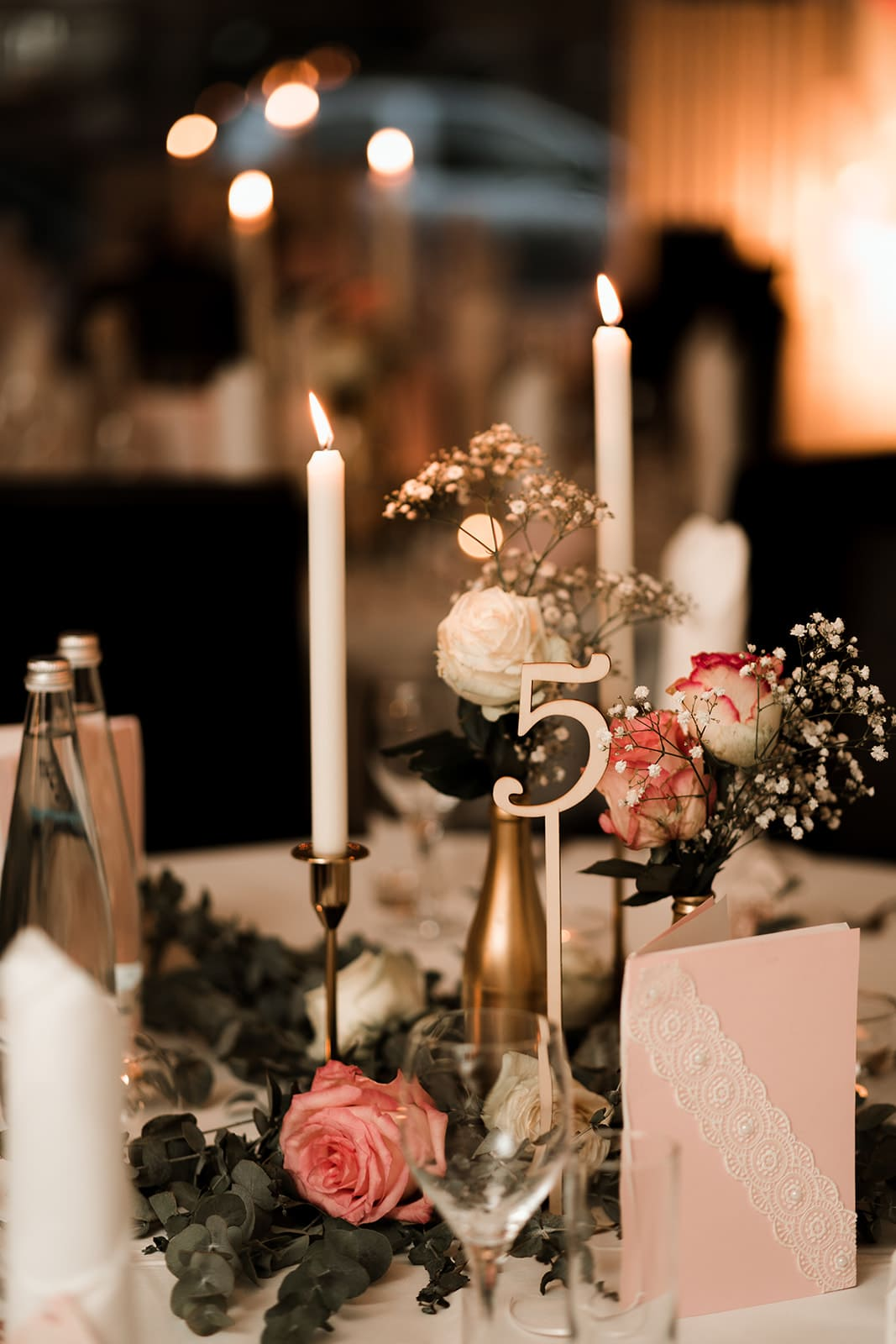 Tischnummer und Kerzen