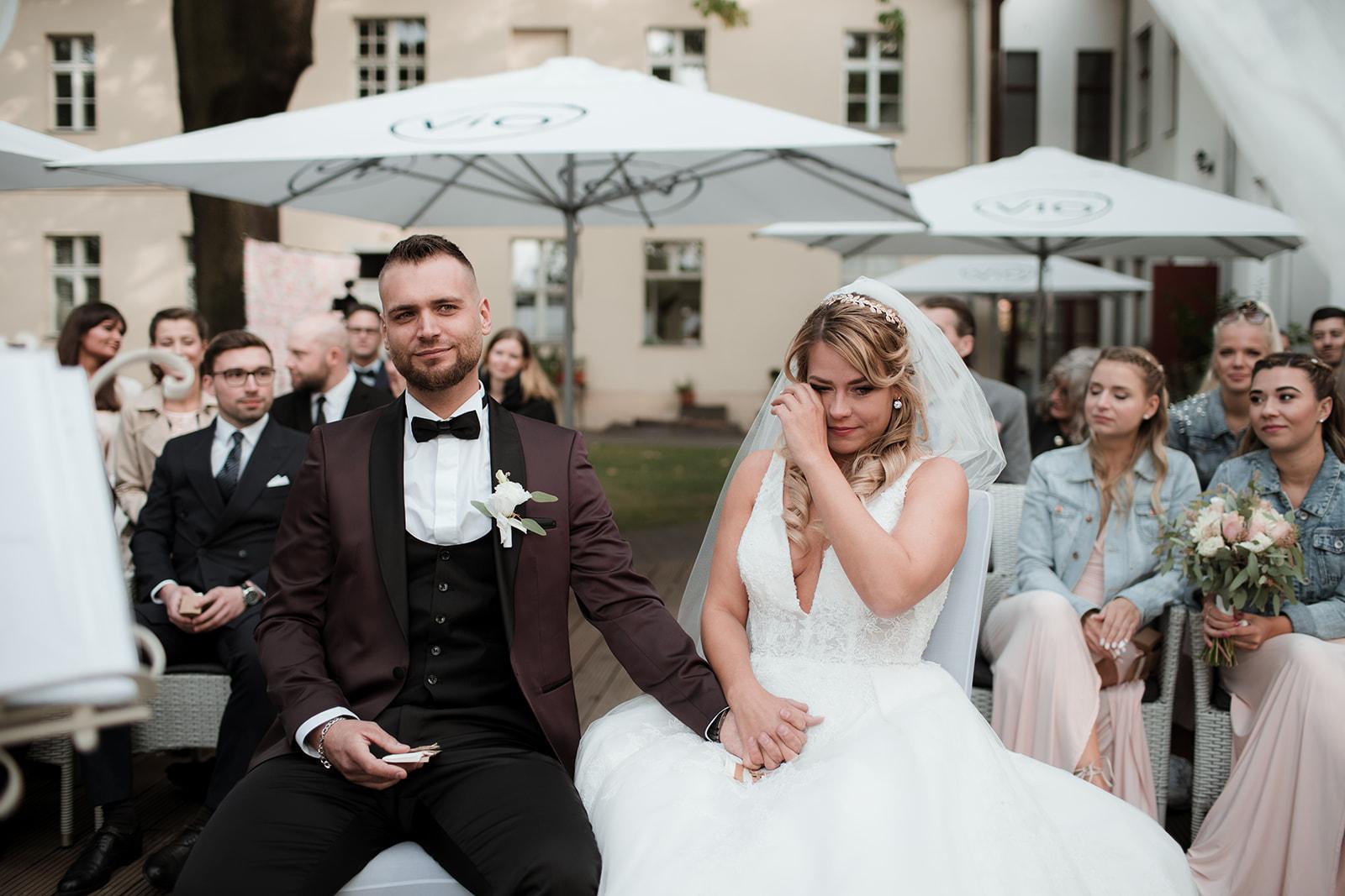 Trauung und weinende Braut