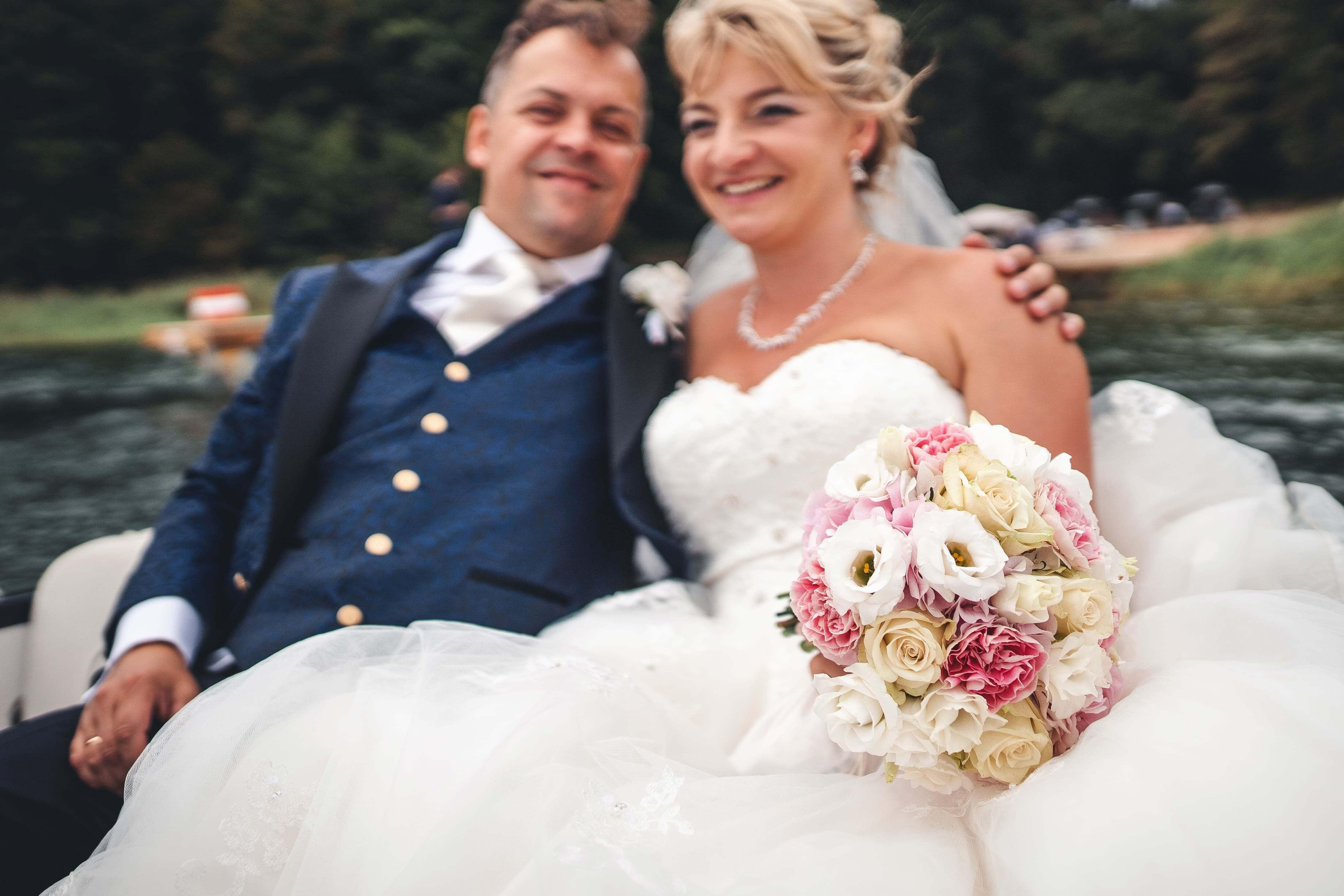 Glückliches Brautpaar auf dem Wasser
