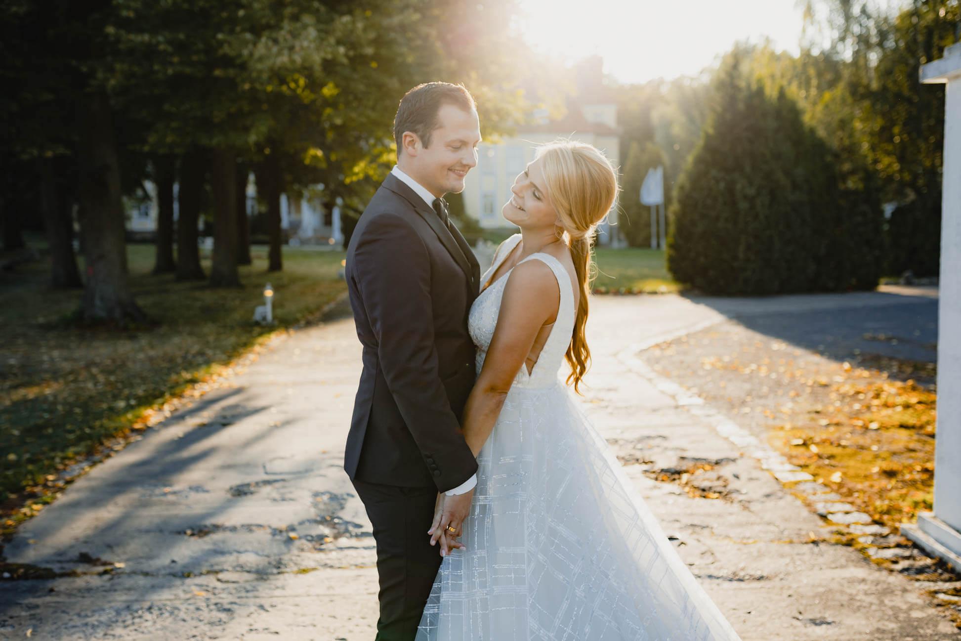 Brautpaar im Sonnenschein