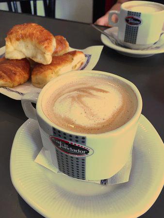 Café con leche con mediaslunas