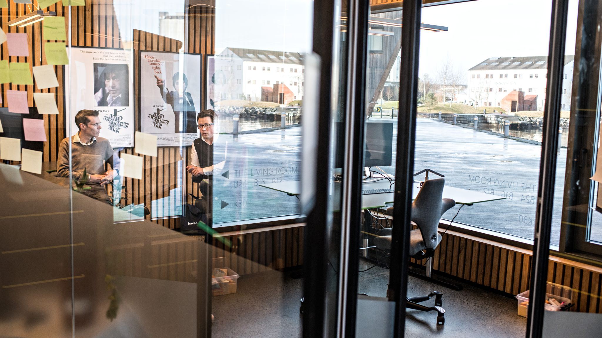 I et lite kontor hos Innovation Dock i Stavanger utvikler Dag Josef Foss, til høyre, og Sindre Mariero digitale løsninger for å gi deg advokatbistand via nettet. Foto: Jarle Aasland