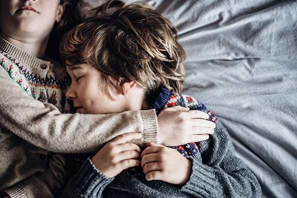 Bror og søster som tar vare på hverandre