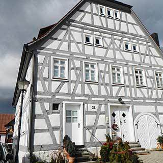 Erneuerte Fassade an einem Fachwerkhaus durchgeführt von der Maler Werkstätte Scheuerle