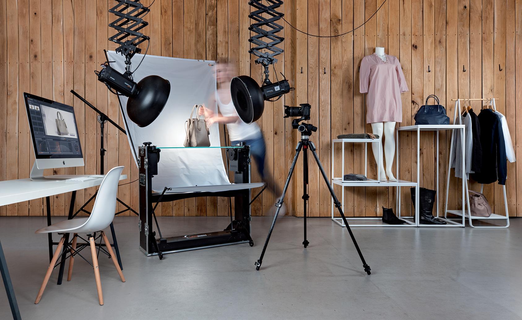 PhotoRobot CASE počas prebieha pracovný postup fotošédio