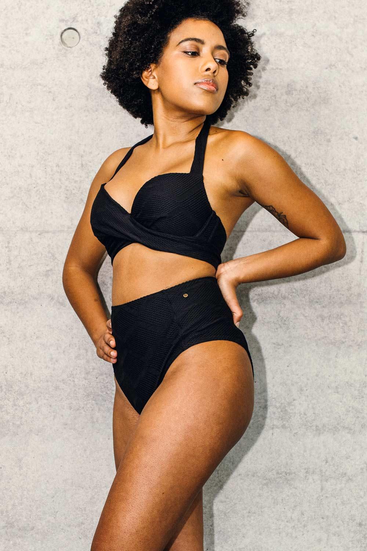 Nachhaltiger schwarzer Bikini Top Neckholder und Bikinihose aus der LOVJOI Swimcollection produziert in Europ