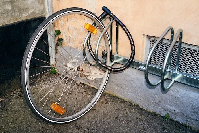 Specielt i storbyerne er det desværre normalt, at cykler bliver stjålet. Derfor skal man have en cykelforsikring.