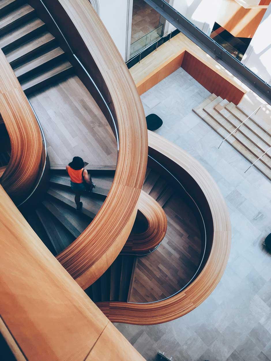 Mitarbeiter steigt Treppe hinauf