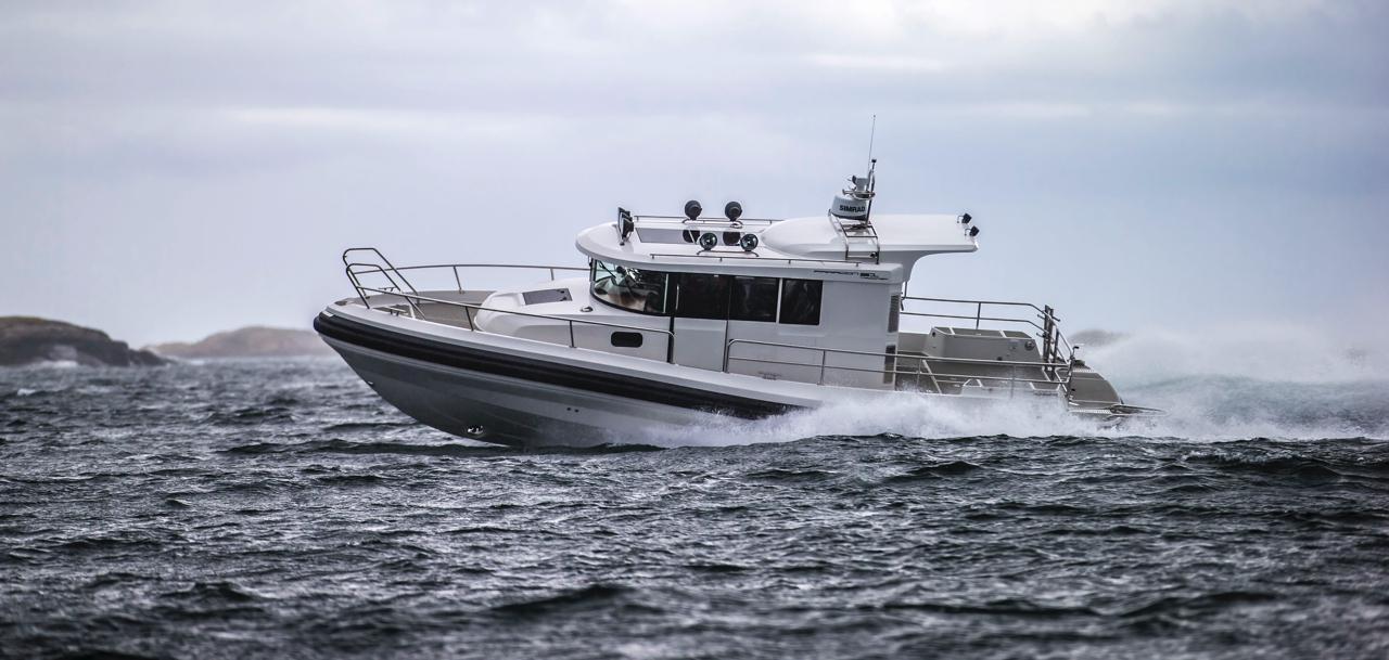 Paragon 31 Cabin cruising through the water