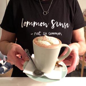 Servitør med kopp kaffe