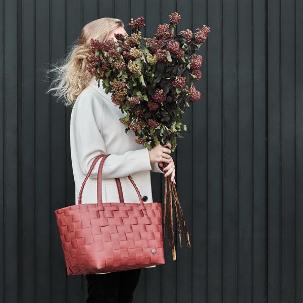 Dame med veske og blomsterbukett