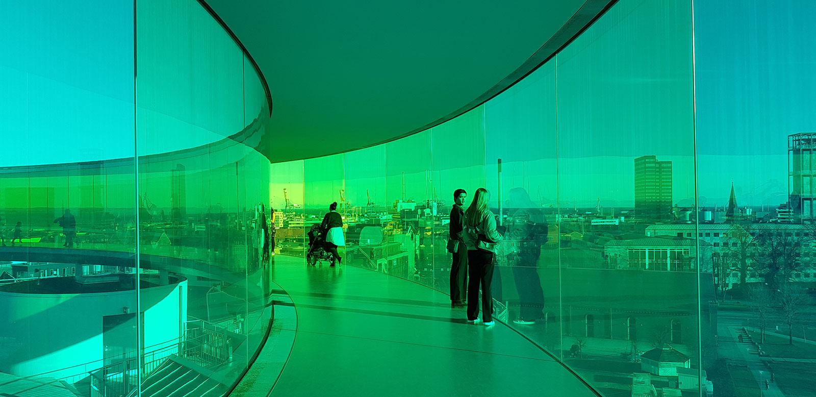 Der er plads til alle på den farverige cirkulære glasgang, der stimulerer de besøgendes sanser