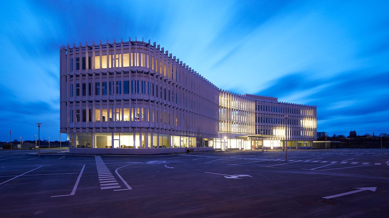 Billede taget af DH-huset udefra, som viser de mange kontorvinduer, der lyser op i mørket.