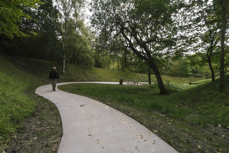 Et billede af den gode og brede sti, der snor sig gennem landskabet på en naturlig og flydende måde.