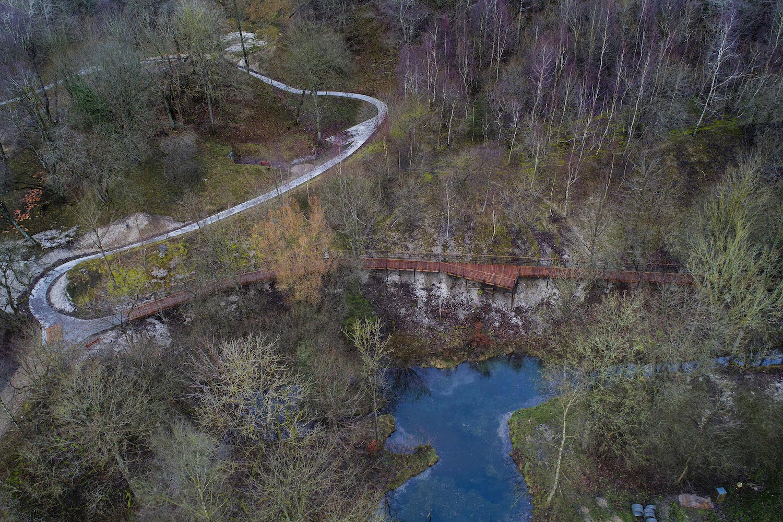 Et luftfoto, der viser hvordan stisystemet bliver en integreret del af skoven uden at forstyrre den oprindelige natur.
